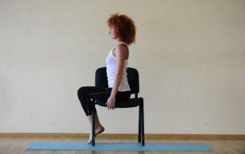 Виконання розминки сидячи на стільці