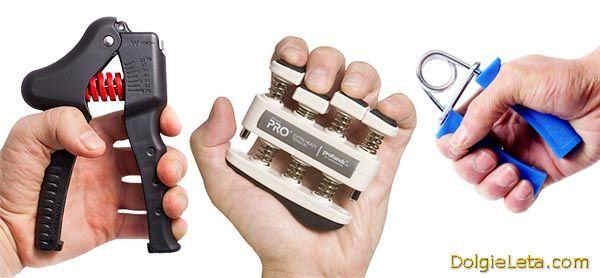 Виконуємо вправи для рук з різними кистьовими еспандерами.