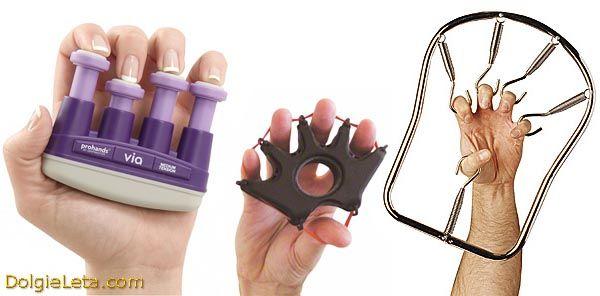 Виконуємо вправи для пальців рук на пружинному еспандері.