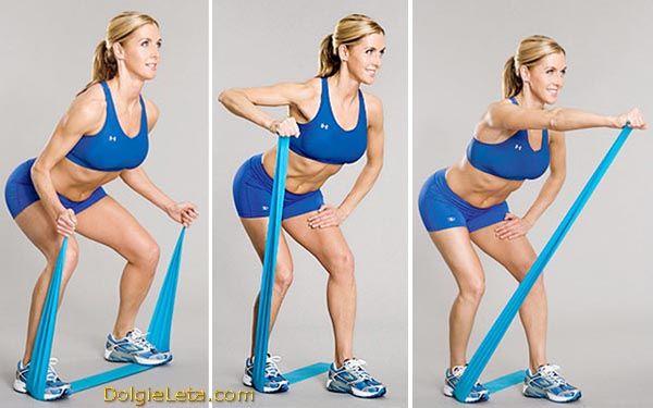 Жінка виконує серію вправ з гумовим еспандером, стрічка, палять.