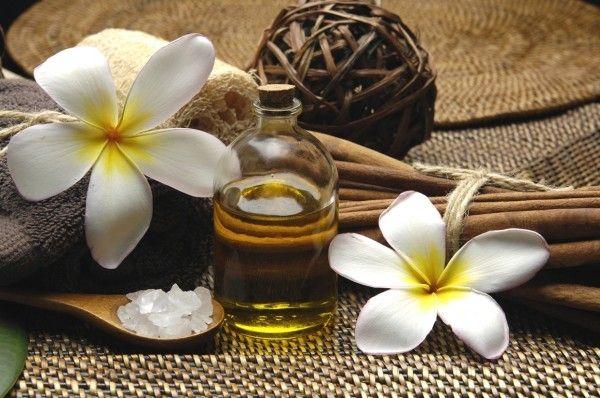 пляшечка олії і квіти