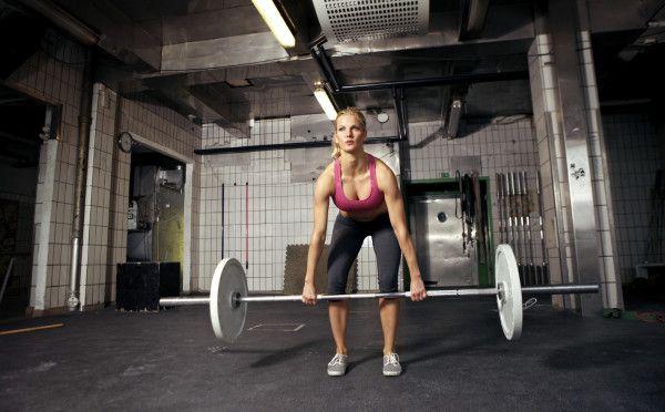 дівчина виконує вправу станова тяга