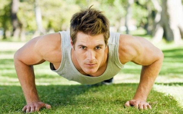 Комплекс вправ для чоловіків для ранкової зарядки і гімнастики - на фото чоловік віджимається від землі